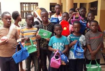 """Donate  all'associazione """"Avenir Enfance Togo"""" 40 borse termiche da una volontaria di Vasto"""
