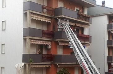 Vasto, a fuoco un'abitazione in pieno centro