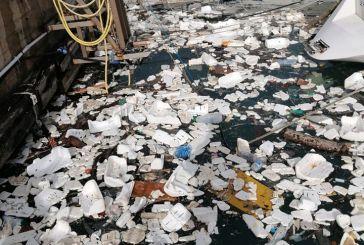 Vasto, il porto si riempie di plastica