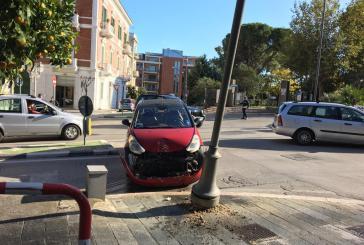 Vasto, auto finisce contro un palo della luce in via San Michele