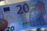 Dà soldi falsi agli anziani, indaga la Procura