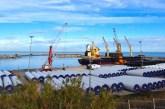 Il Covid non ferma il porto, in fila le navi mercantili