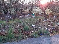 L'abbandono dei rifiuti in strada è un reato,