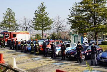 Covid-19, omaggio delle Forze dell'Ordine agli operatori e ai malati dell'Ospedale di Chieti