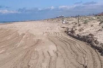 Trattori sulla spiaggia antistante il biotopo costiero, De Sanctis (Soa):
