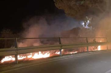 A fuoco l'area in zona Belvedere a Vasto, le fiamme scaturite da alcuni fuochi pirotecnici
