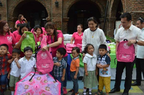 Laoag City Mayor Chevylle Fariñas (center) and several city officials distribute school kits to 2,000 day care pupils. (Photo courtesy of Agserbi 24/7)