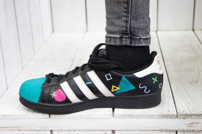beschilderde adidas schoenen 1