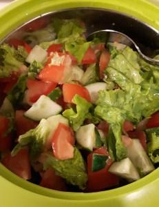 kurgi-tomati-lehtsalati salat