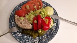 Keedetud kartulid süldi ja aedviljadega