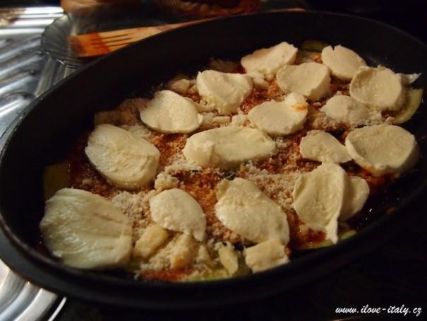 vrstva mozzarelly a sýru Gran Moravia.