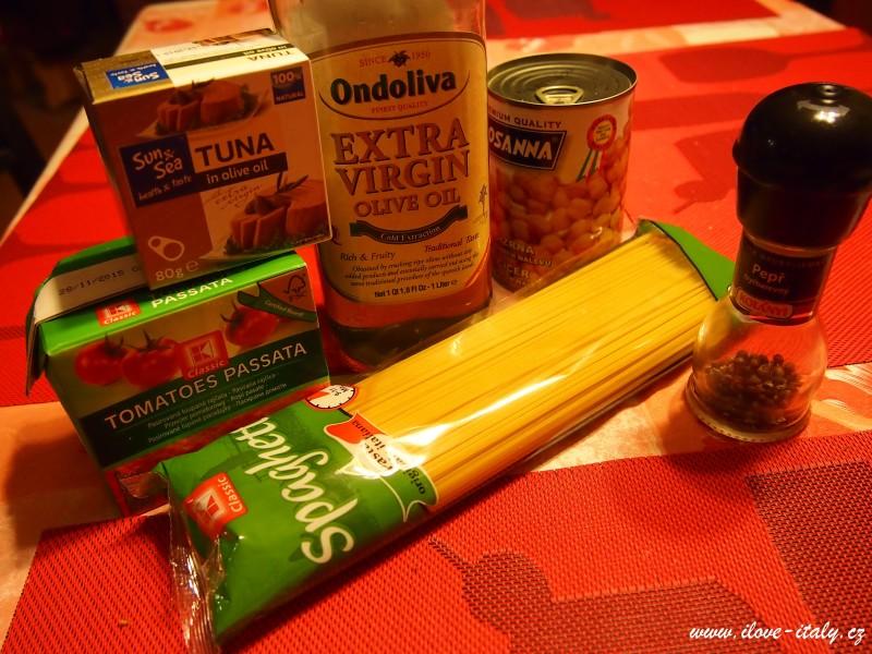 Ingredience špagety a tuňák
