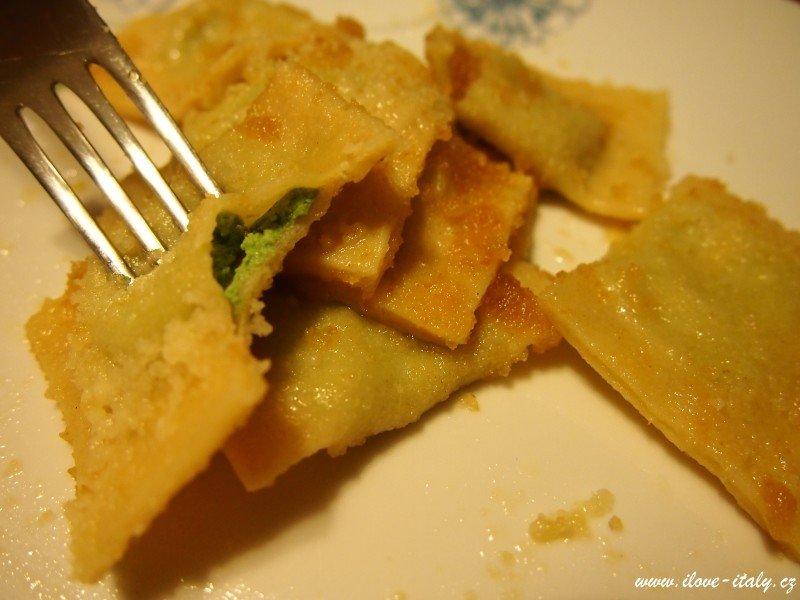 ravioli s máslem a šalvějí itálie