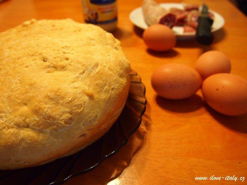 sýrový dort s vejci a salámem z itálie