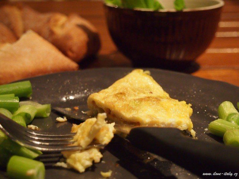 omeleta s cibulí a parmezánem