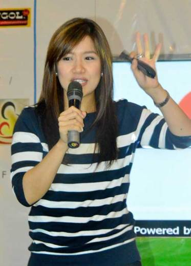 Momblogger Thammie Sy engages the crowd on her topic about Homeschooling