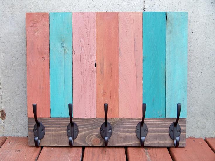 Originales percheros hechos con palets i love palets for Balancines de madera para jardin