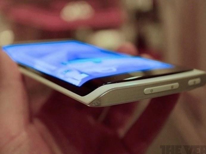 Samsung présente son premier smartphone à écran flexible 2