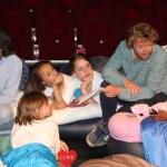 Kinderen slapen in het DeLaMar Theater – FotoReportage