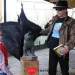 Dolfje en Paul van Loon onthullen beeld van 'Canis Lupis' in Gaia Zoo