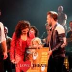 Wendy van Dijk verrast cast On Your Feet! met eerste exemplaar castalbum – FotoReportage
