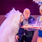 Bruid Koen Crucke verrast echtgenoot en hernieuwt bij burgemeester De Wever huwelijksbelofte!