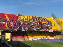 Tifosi rossoblù in Curva a Benevento