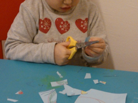 Impariamo ad usare le forbici - asilo nido il pesciolino