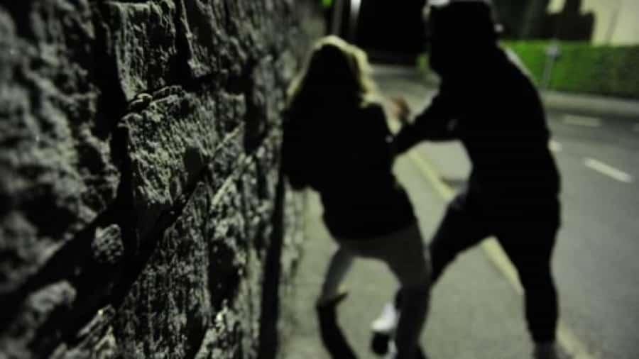 Livorno, africano sputa a una donna e lancia pezzi di marciapiede contro un bar