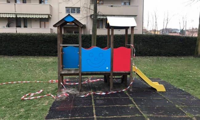 Il parco giochi è chiuso con i nastri, loro li strappano: tre ragazzine fermate e multate   Il Primato Nazionale