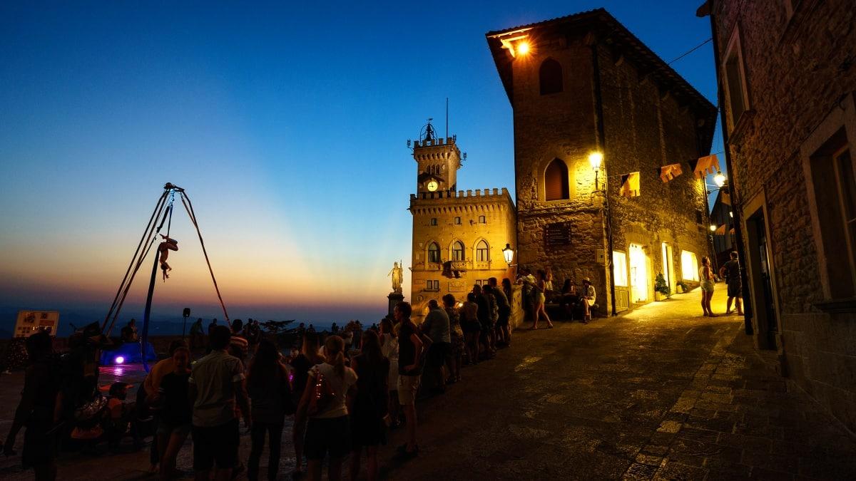 Via il coprifuoco e in estate discoteche all'aperto: la lezione di San Marino