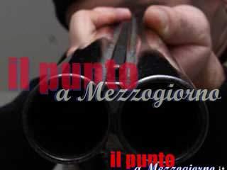 Si barrica in casa e spara in aria, i carabinieri evitano la strage e arrestano l'uomo ubriaco e violento