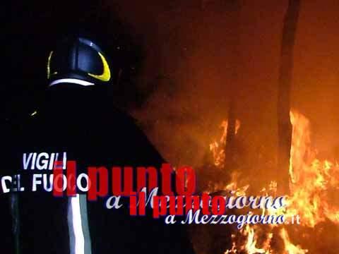 Rotoballe in fiamme a Ceprano, vigili del fuoco impegnati nello spegnimento e smassamento