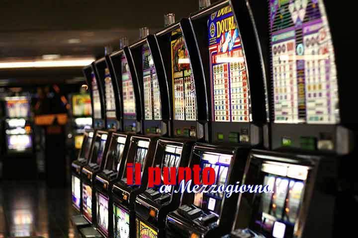 Si gioca lo stipendio alle slot machines, ma finge di essere stato rapinato per non raccontare alla moglie la verità