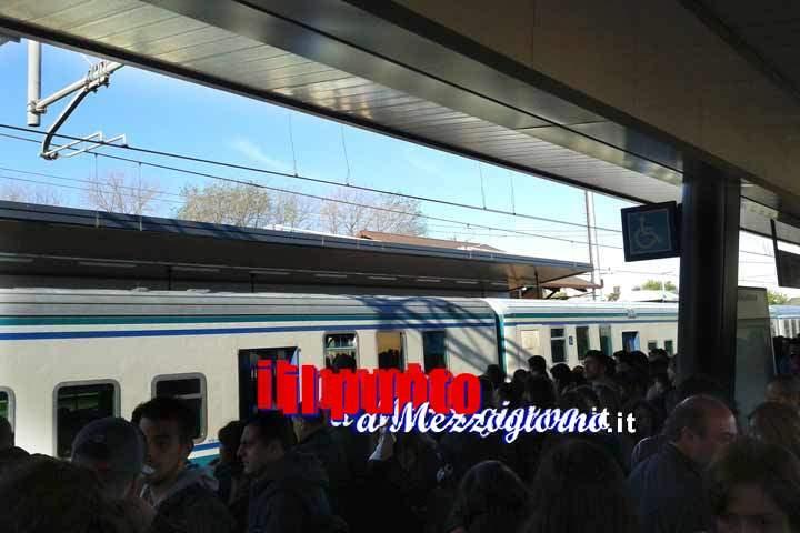 Treno fermo nella stazione Roma Casilina, linea ferroviaria in tilt