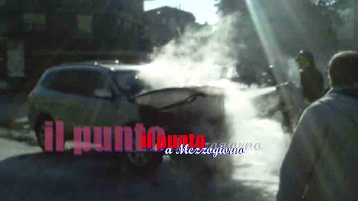 Auto in fiamme in centro a Cassino, paura in via XX Settembre
