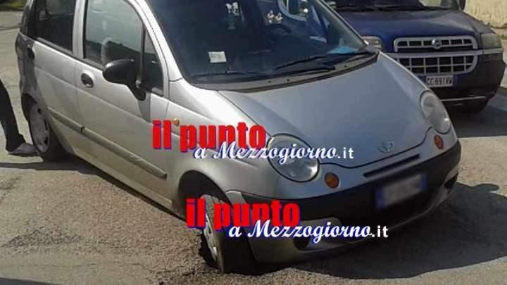 """Voragine in via San Pasquale a Cassino, """"intrappola"""" un'auto"""