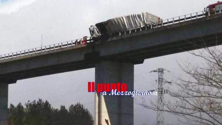 Si ribalta con il camion sul viadotto a Sora, camionista incastrato e sospeso a 50 metri