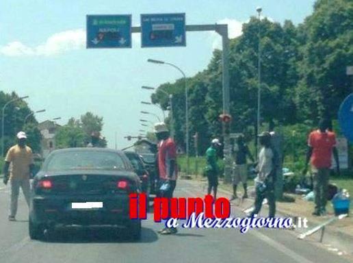 Si rifiutano di dare soldi, coppia di giovanissimi aggrediti al semaforo da extracomunitari