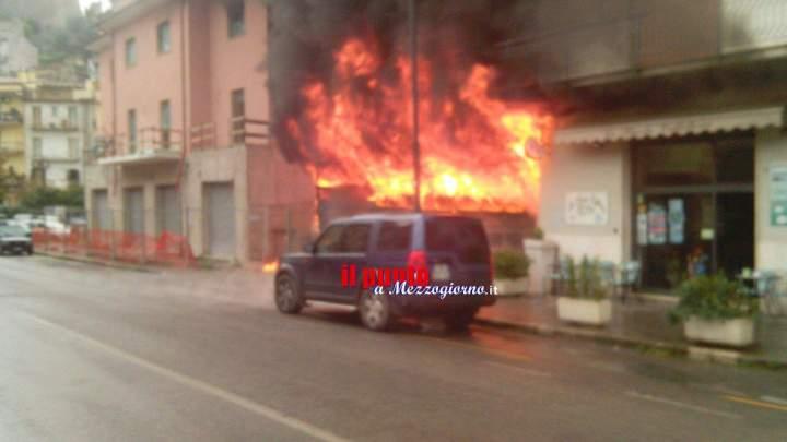 Capanno in fiamme in centro ad Itri, Appia chiusa e palazzi danneggiati