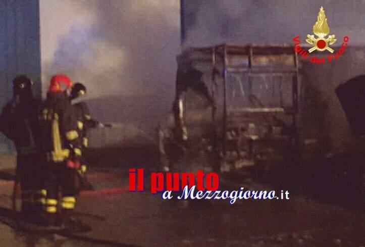 Ambulanza distrutta da incendio in autocarrozzeria a Formia, indagano i carabinieri
