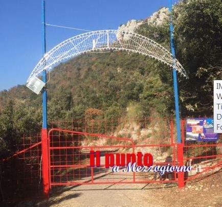 """Mentre il """"Villaggio di Babbo Natale"""" all'Albaneta smobilita, il cancello resta chiuso"""