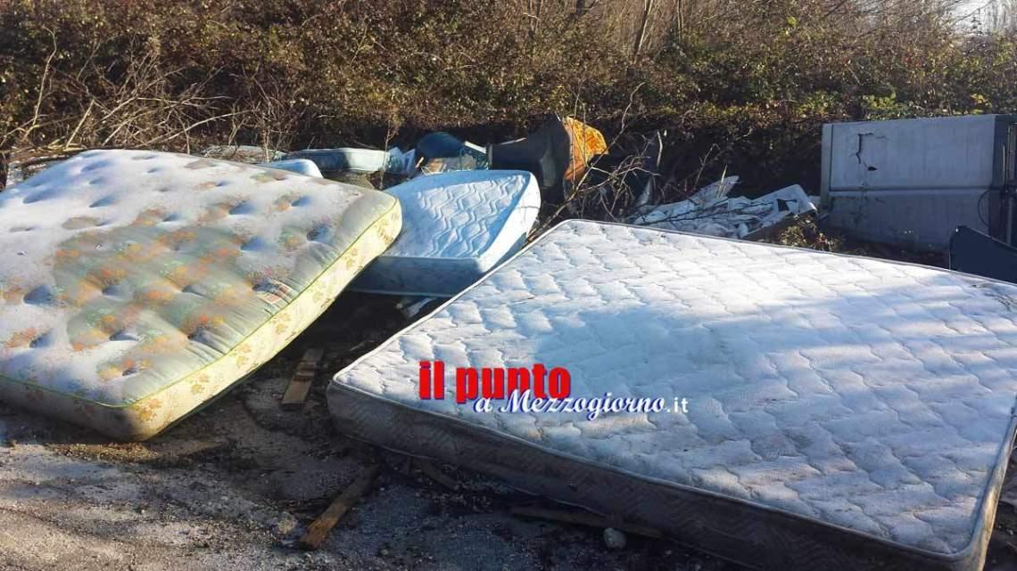 Immondizia e rifiuti sparsi lungo la strada a Porchio