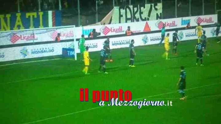 Frosinone Lazio, i tifosi ciociari spingono per entrare senza biglietto, forze dell'ordine li respiongono