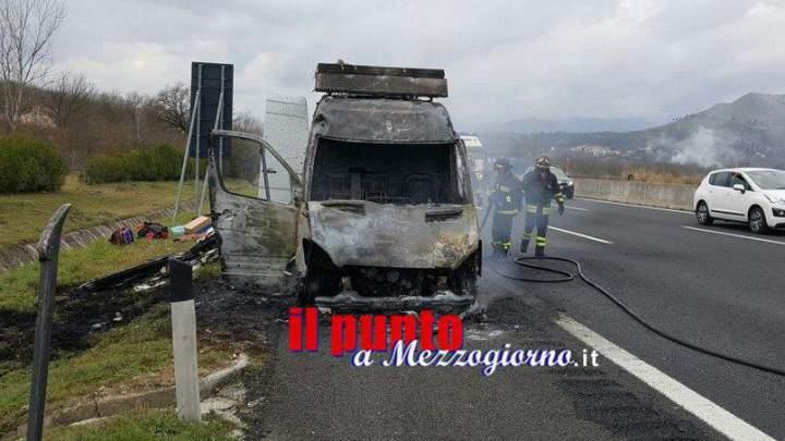 Cassino, furgone distrutto dalle fiamme sulle corsie dell'A1