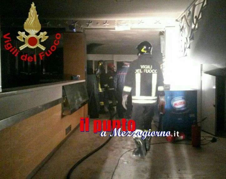 Stabilimento in fiamme sul lungomare di Serapo a Gaeta, indagini in corso