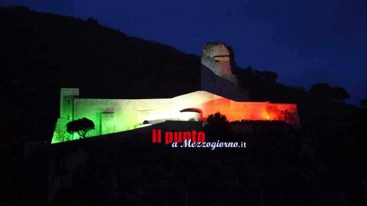 La rocca Janula illuminata con il tricolore per i mondiali universitari di corsa campestre