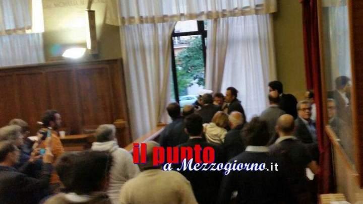 Minaccia di darsi fuoco in aula consiliare a Cassino, assise sospesa