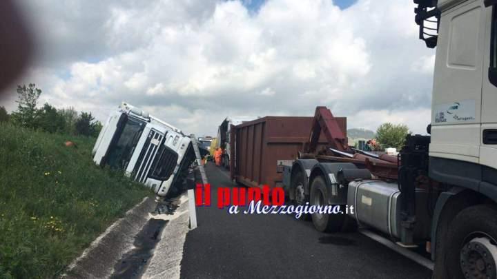 Esplode uno pneumatico, tir si ribalata sull'A1 a Mignano