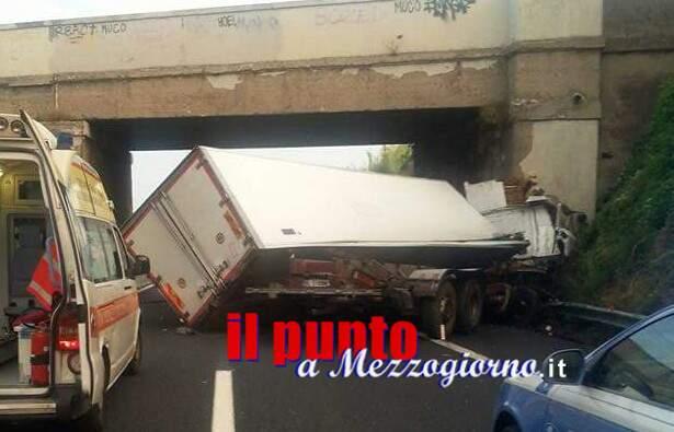 Camion finisce contro un ponte. Paura in A1 all' altezza di Roma Sud